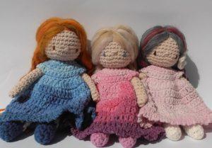 három kész horgolt baba batikolt jellegű ruhával
