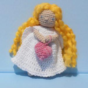 angyalka szívvel szőke baba